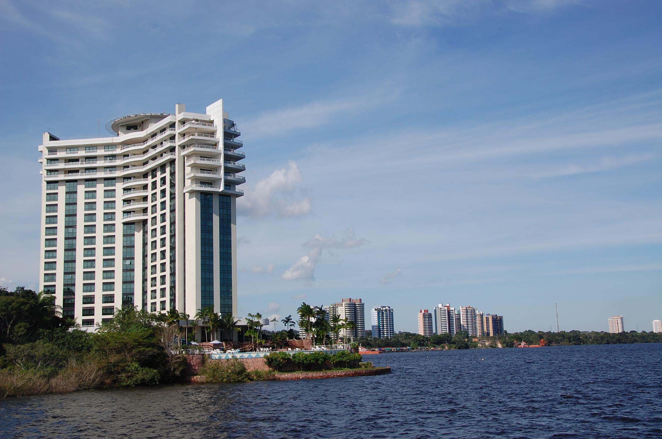 Vista da cidade de Manaus do meio do Rio Amazonas