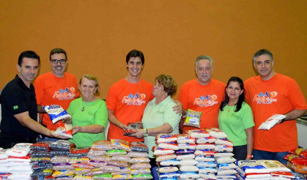 Agenda social: os organizadores do Hiper Feirão de Viagens e voluntárias da prefeitura de Santos celebram a arrecadação de alimentos