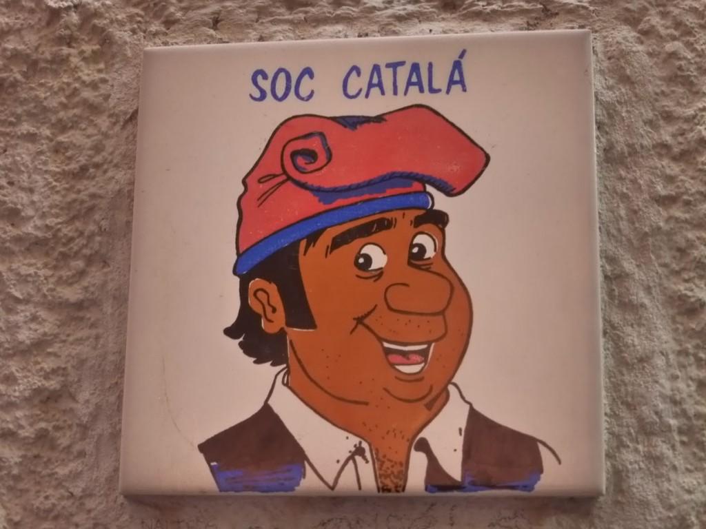 """...e esse azulejo pintado escrito """"sou catalão"""", ao lado de uma casa"""