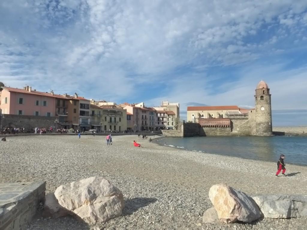 A praia de pedrinhas de Collioure: no verão, fica lotada de tursitas