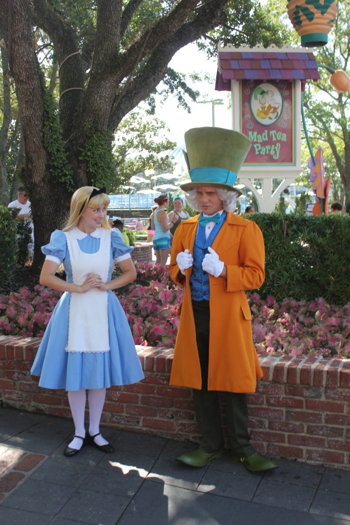 Alice e o Chapeleiro andando pelo parque