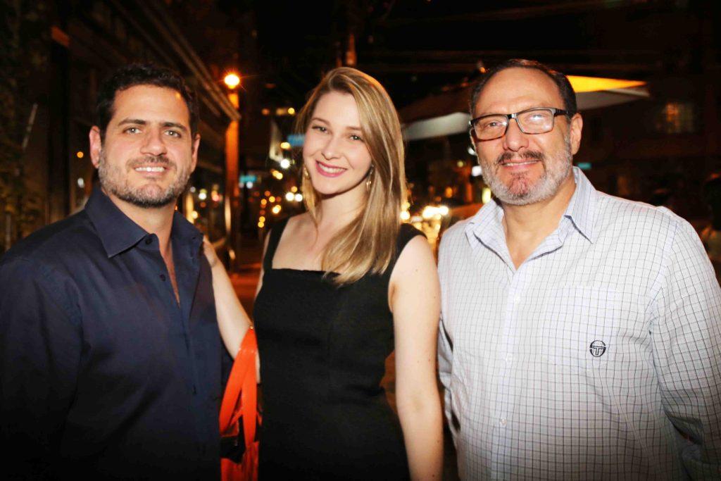 Beni Piatetzky, do Centro de Eventos Pro Magno, com e namorada, e Marcelo Schapochnik, do KKL Brasil