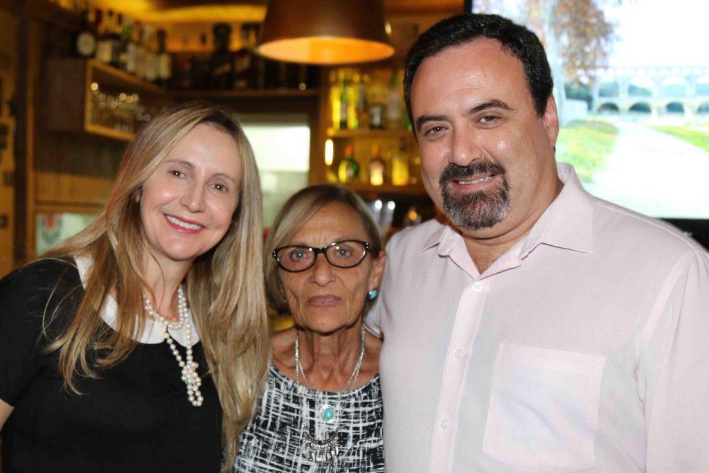 Schapo com sua mãe, Eva (centro), e uma de suas cunhadas, Marli