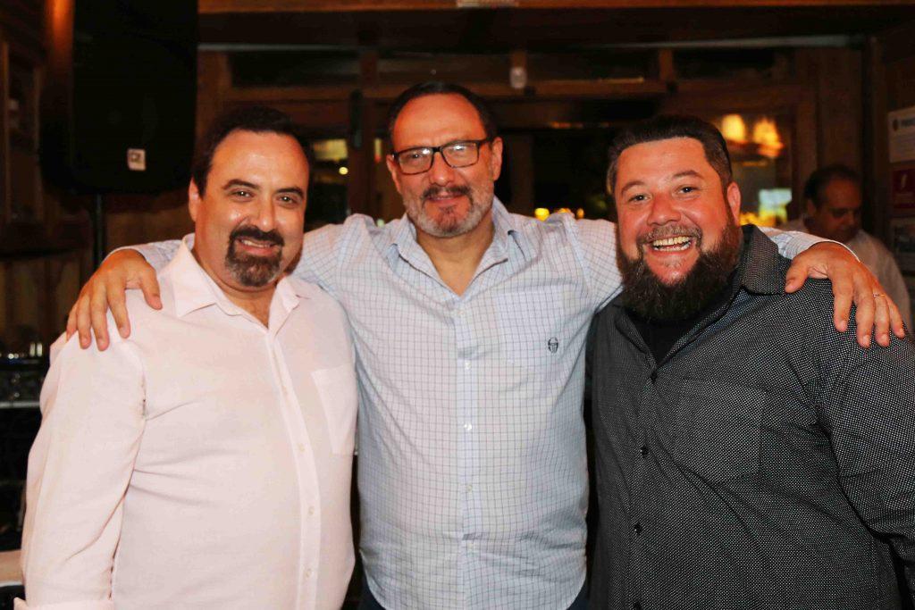 Marcelo Schapochnik entre o irmão, Schapo, e Palumbo