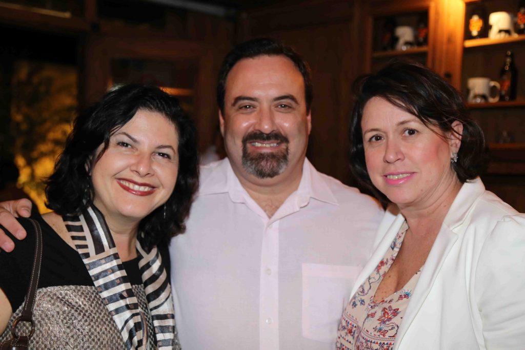 O casal Mirella Usiglio e Schapo com Ivonete Bombo, do Club Homs