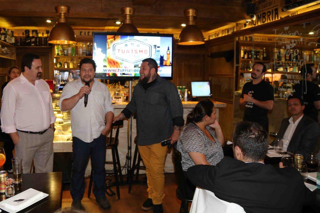 Marcelo Palumbo (centro) fala sobre a Tartuferia San Paolo