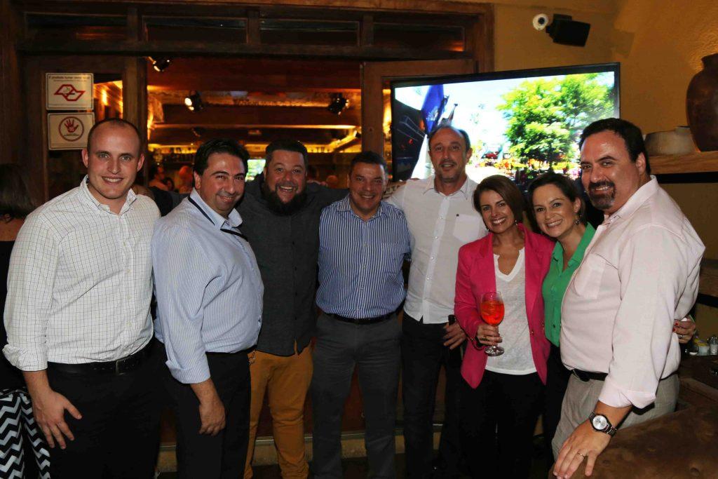 Palumbo e Schapo com os amigos Marcos Pessuto e Marcelo Paolilo (Flytour Viagens), Cleiton Feijó, (Assisticard), Fernado Ciavolella e Carmen Lippi (Flytour Eventos) e Carol Mokshin (UTC)