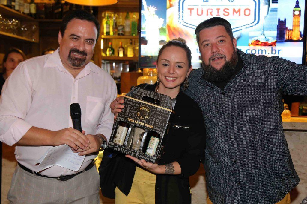 Paula com os sócios do TurismoEtc -- ela ganhou um kit da Cerveja Madalena durante sorteio