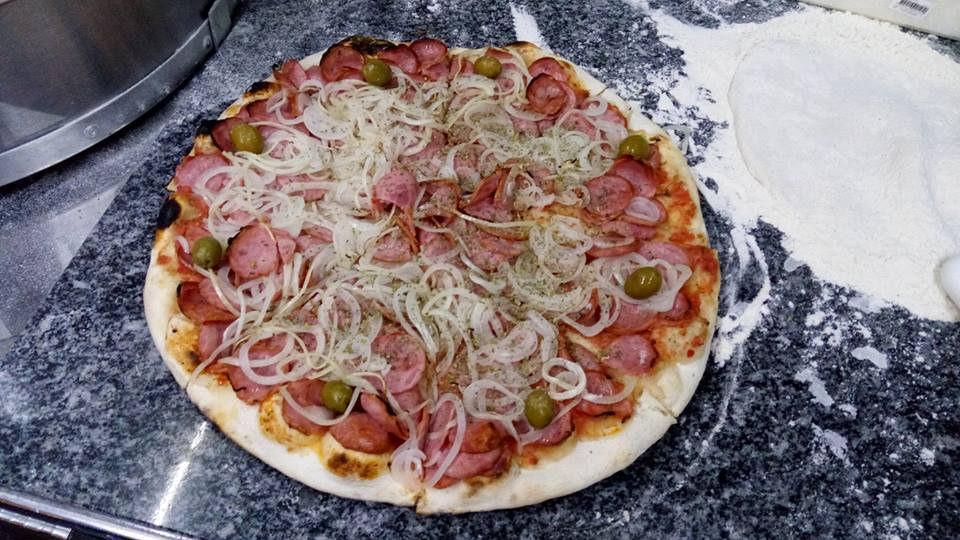 Pizza de calabresa da Aqui tem pizza