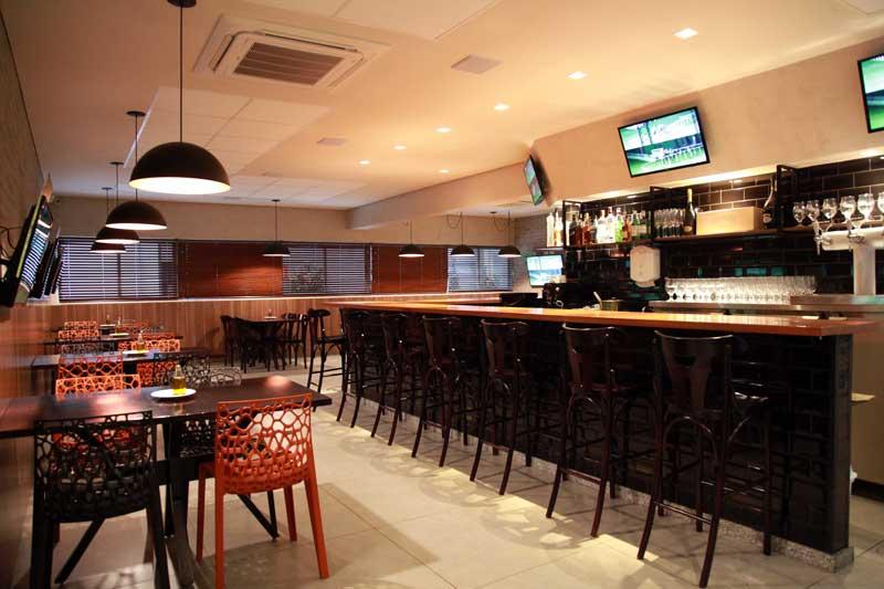 Aberto para almoço e jantar, o Jockey Bar & Café tem excelente cardápio e entretenimento. E, ainda, é o único lugar, em Minas Gerais, com casa de apostas em corridas de cavalos