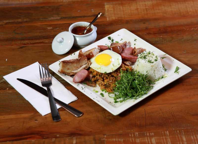 Das Gerais! O tradicional feijão tropeiro com arroz, ovo e linguiça mineira é uma das opções de pratos do almoço