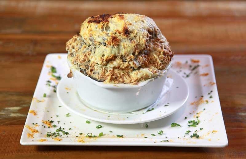 O suflê de cogumelo refogado na manteiga com ervas serve até duas pessoas
