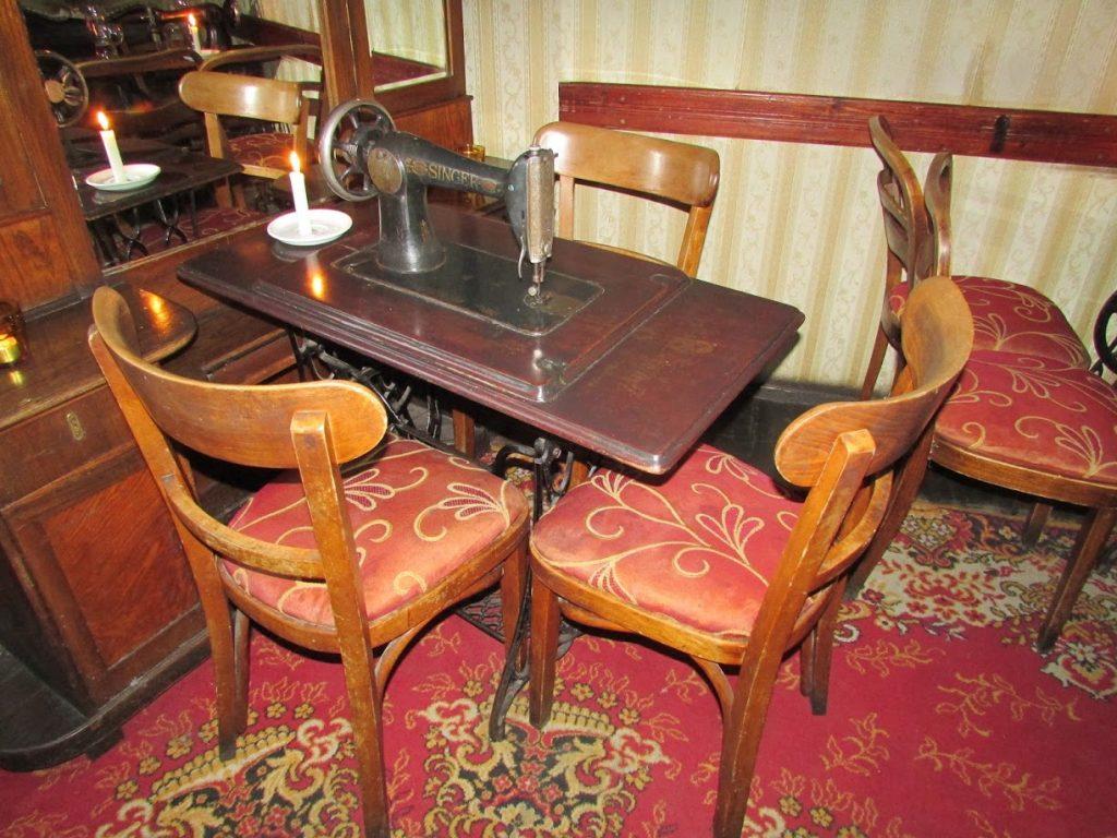 Mesa do Singer Klub: as mesas são as próprias máquinas de costura
