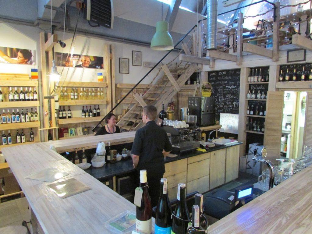 O bar da adega que vende sobretudo vinhos da Europa Oriental