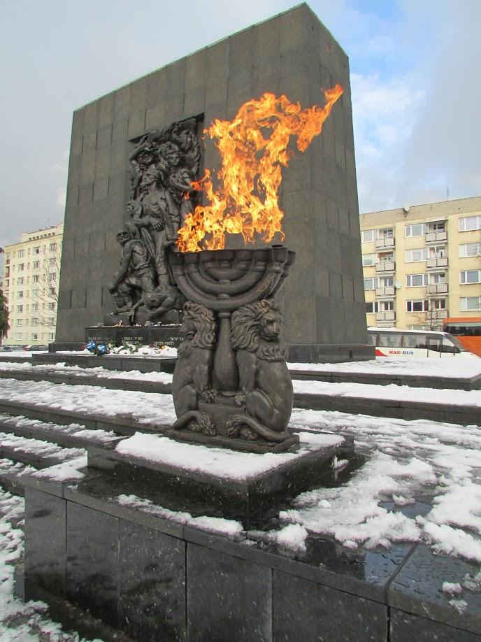 Em primeiro plano, uma das duas menorá (candelabro judaico de sete braços) que guardam o monumento