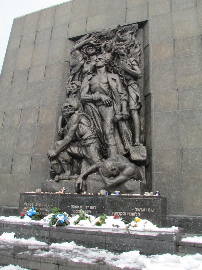 Escultura em homenagem aos líderes do levante do Gueto de Varsóvia, ocorrido em maio de 1943
