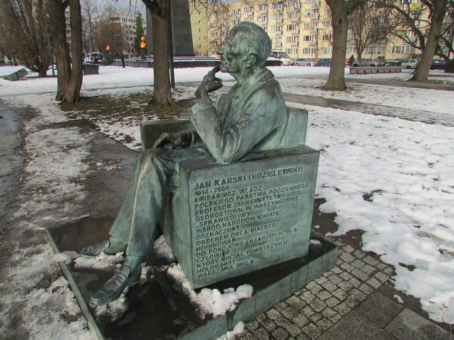 A estátua de Karski de outro ângulo