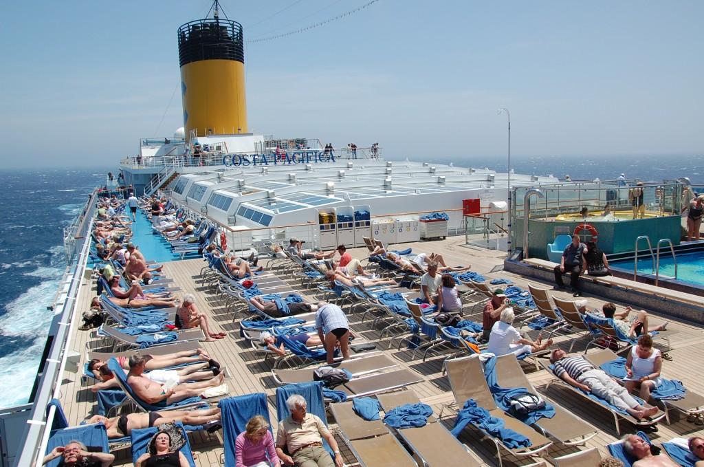 Passageiros se divertem e aproveitam o sol nos decks do Pacifica