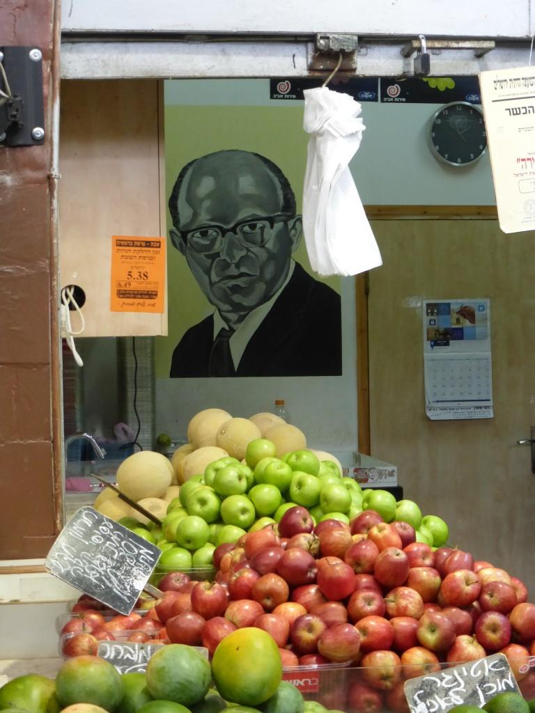 Barraca de frutas com um quadro do ex-primeiro ministro de Israel, Menachem Begin (1913-1992)