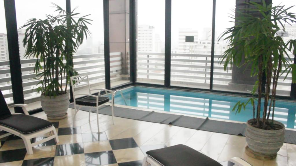 Área da piscina com vista para a cidade de São Paulo