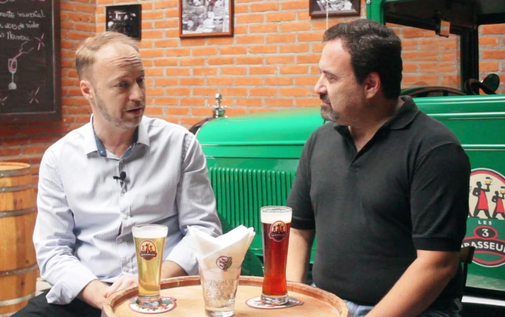 O diretor geral da marca Les Trois Brasseurs no Brasil, o francês Laurens Defour, conversa com o editor do TurismoEtc, Claudio Schapochnik