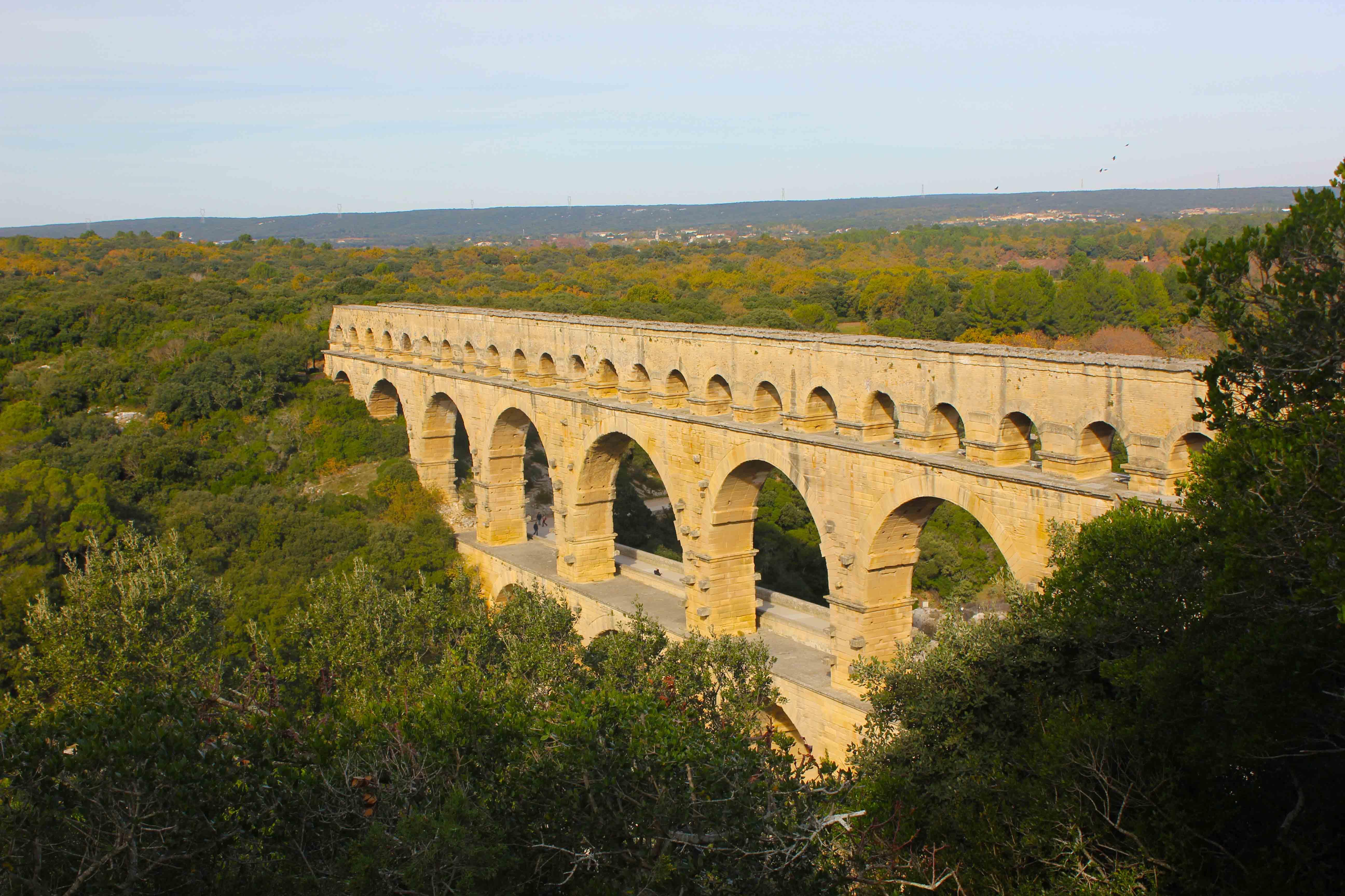 A grandeza dos arcos junto a vegetação local