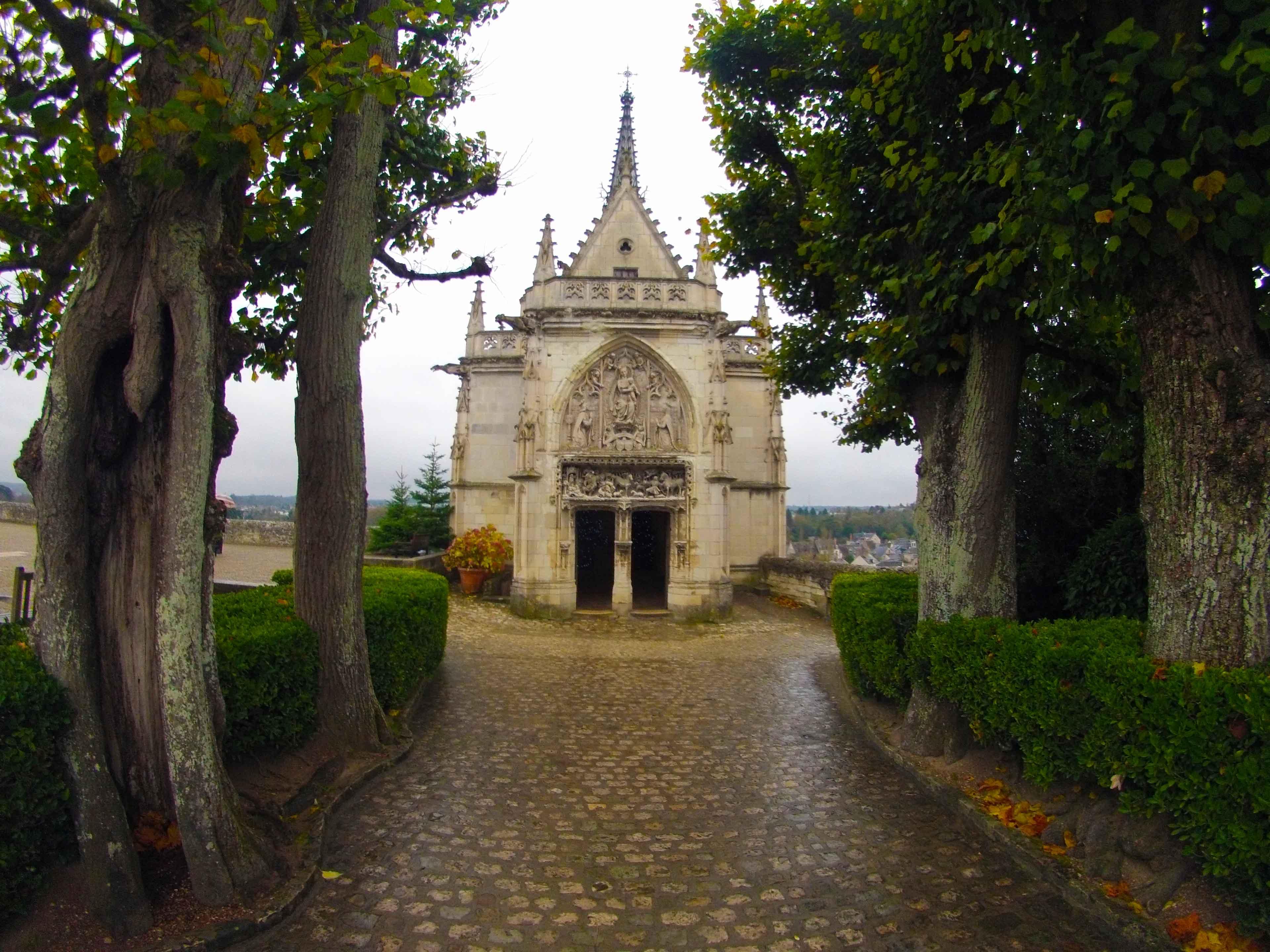 Capela desenhada e construída por Leonardo da Vinci. Hoje o local abriga o túmulo do artista
