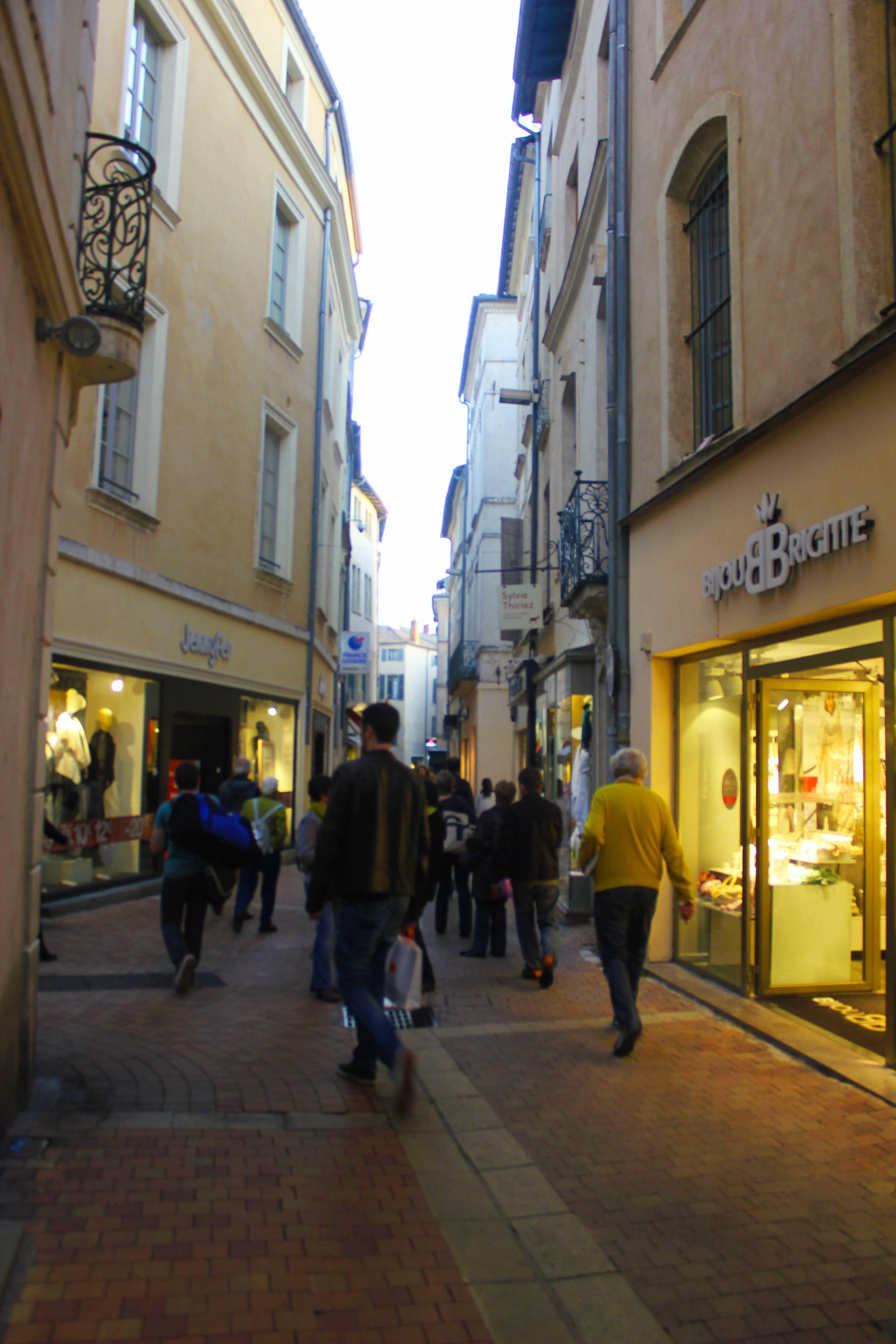 Centro da cidade que reúne lojas e cafés
