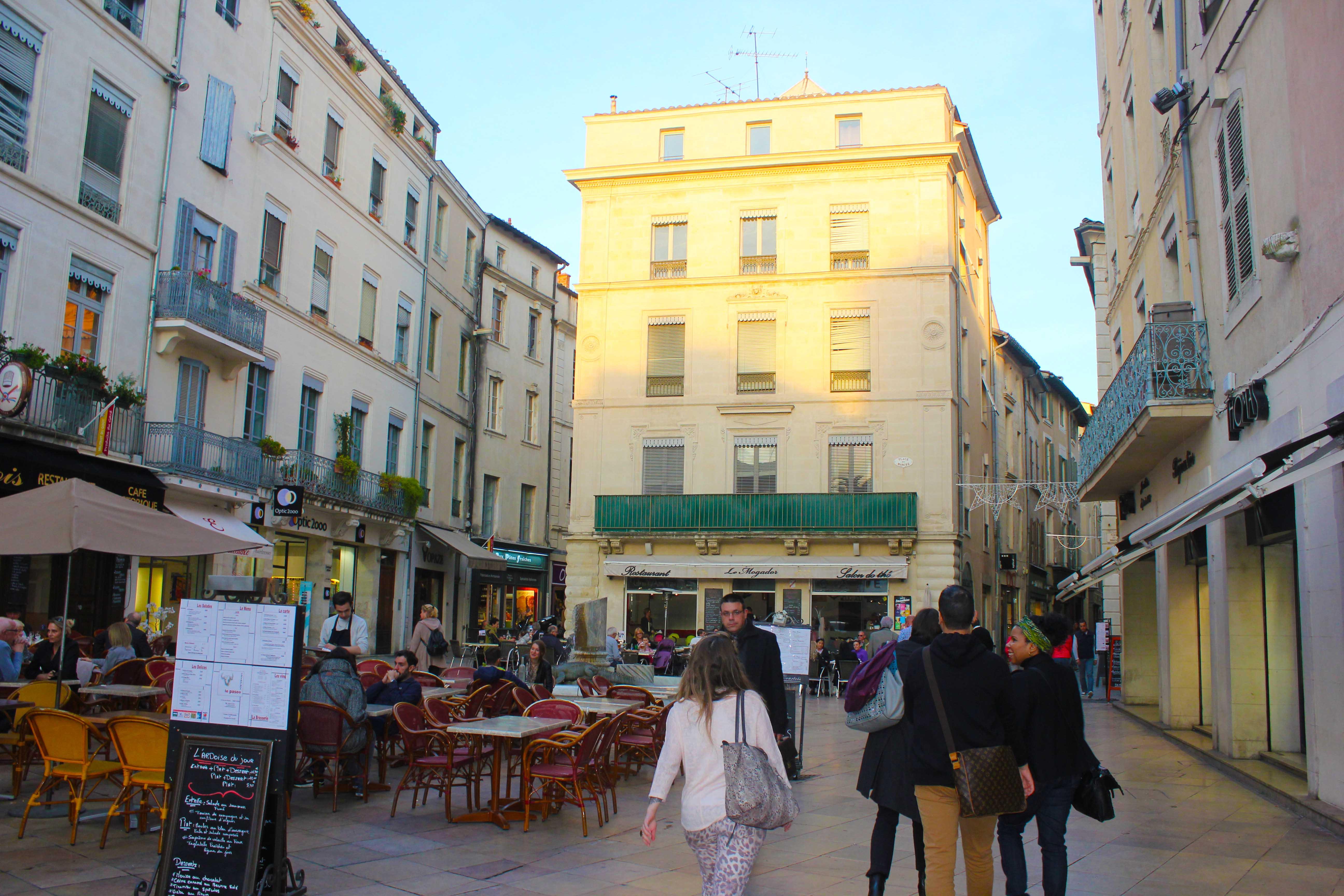 Em Nimes, os restaurantes e bares tomam conta das calçadas. Ali tem quase que de tudo