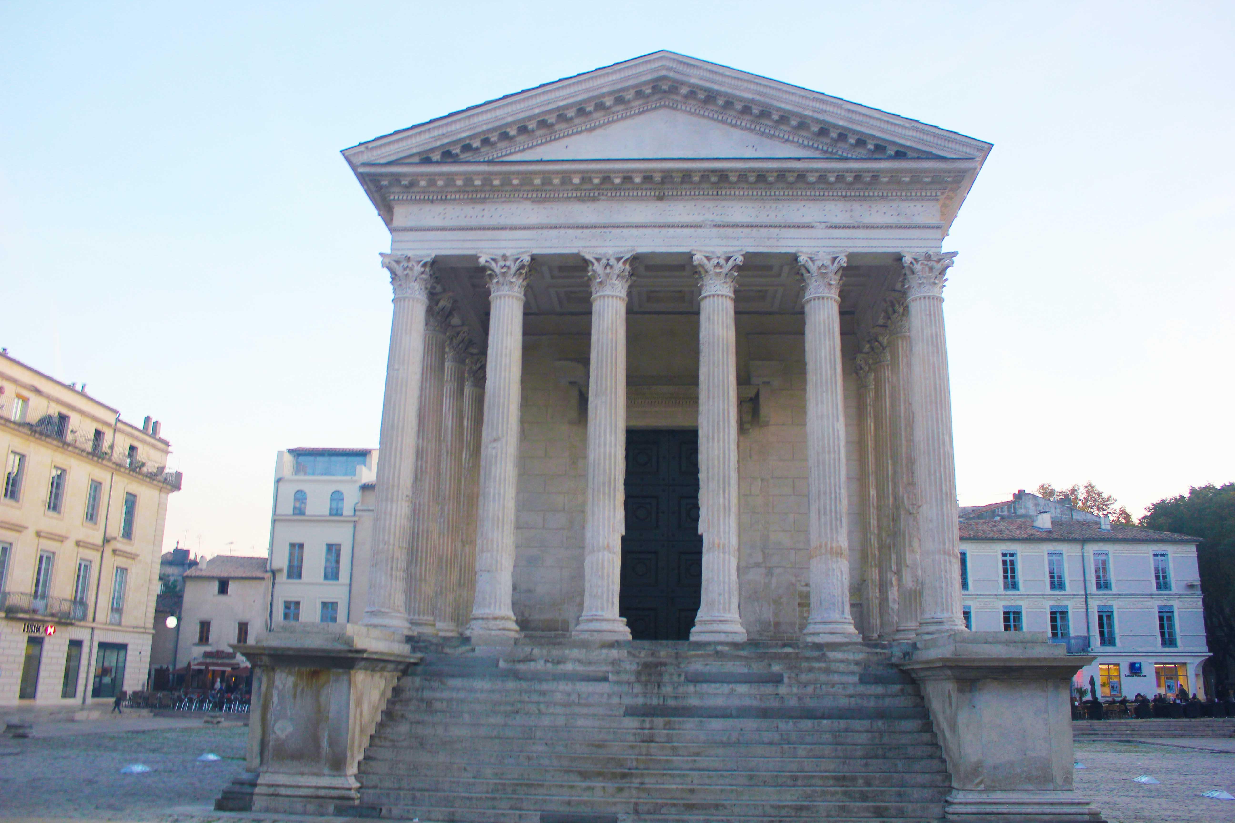 La Maison Carré, simbolo da religiosidade romana que hoje abriga um museu de história sobre o templo