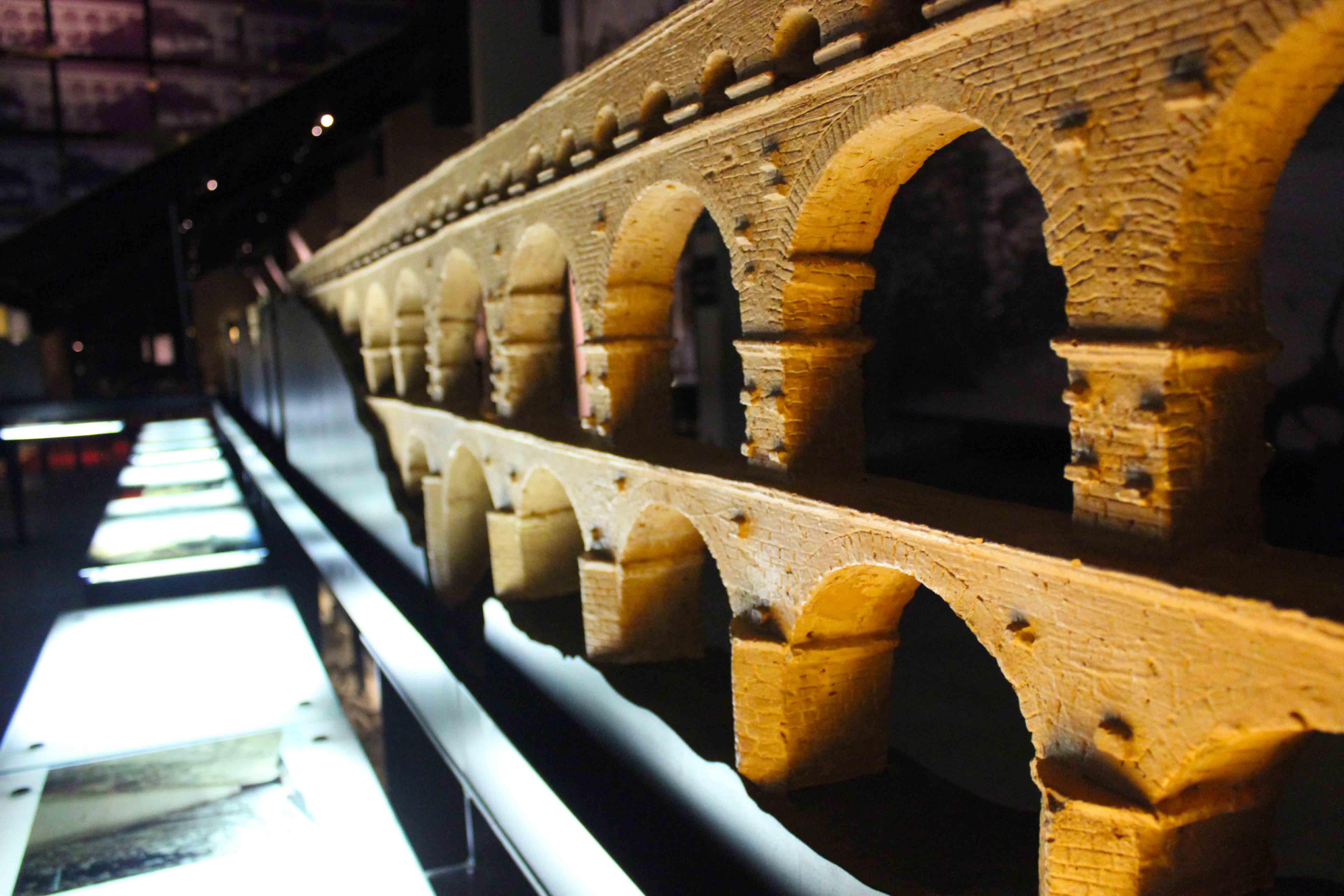 Maquete que explica a construção. O objeto fica dentro do museu de Pont Du Gard
