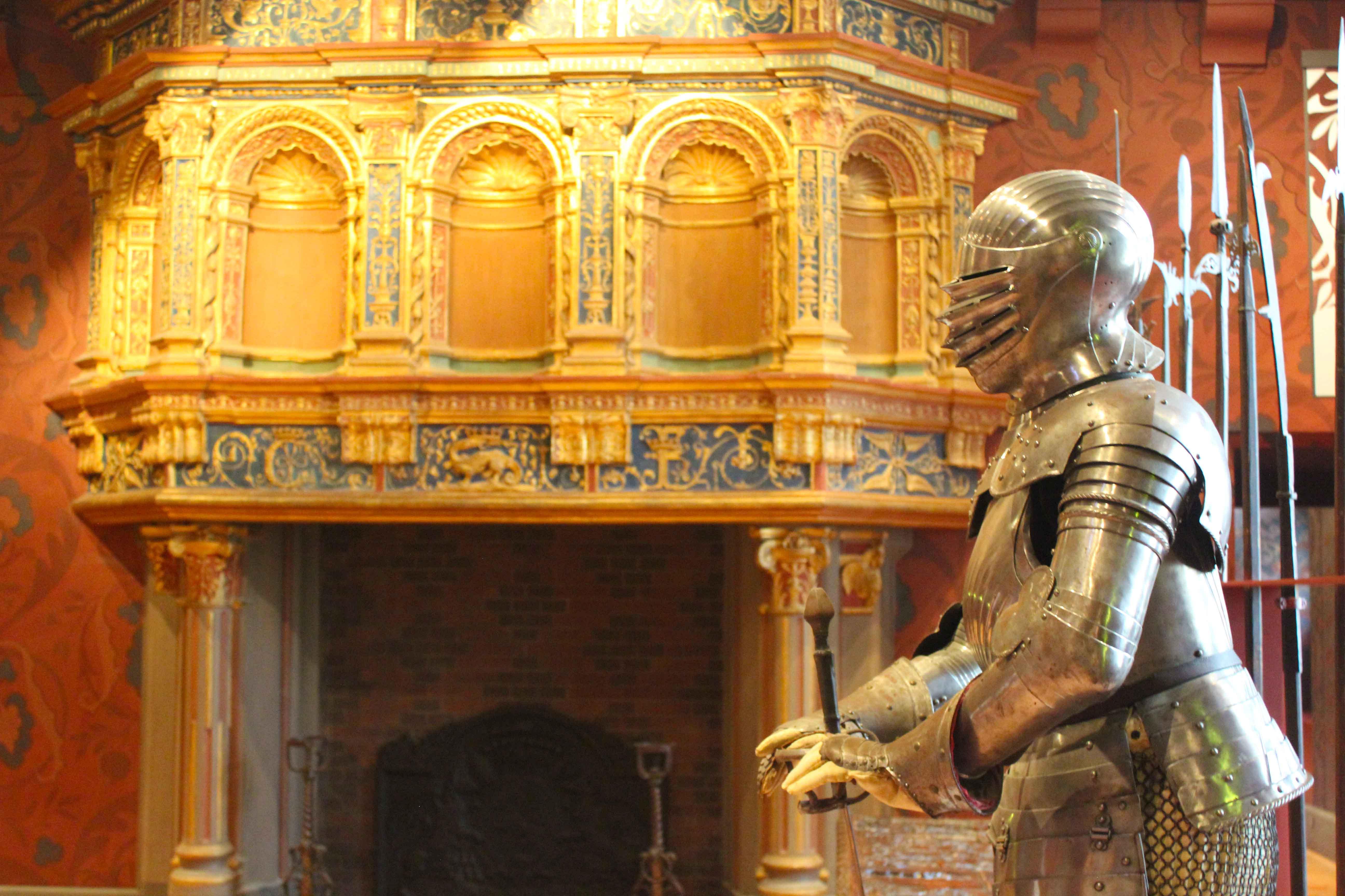 No interior de Blois, armaduras se destacam em meio à decoração