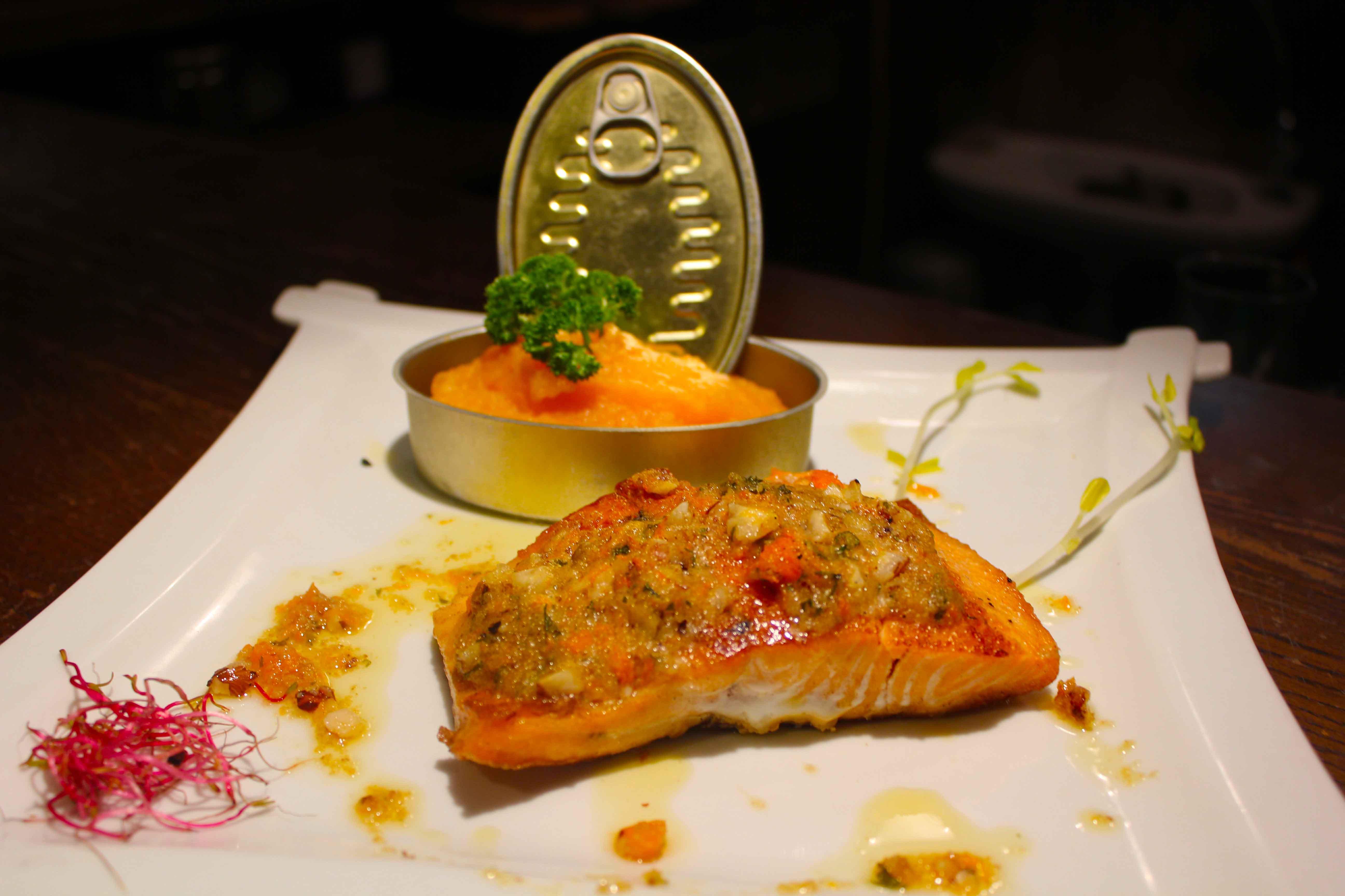 O prato elaborado com salmon e purê de abóbora