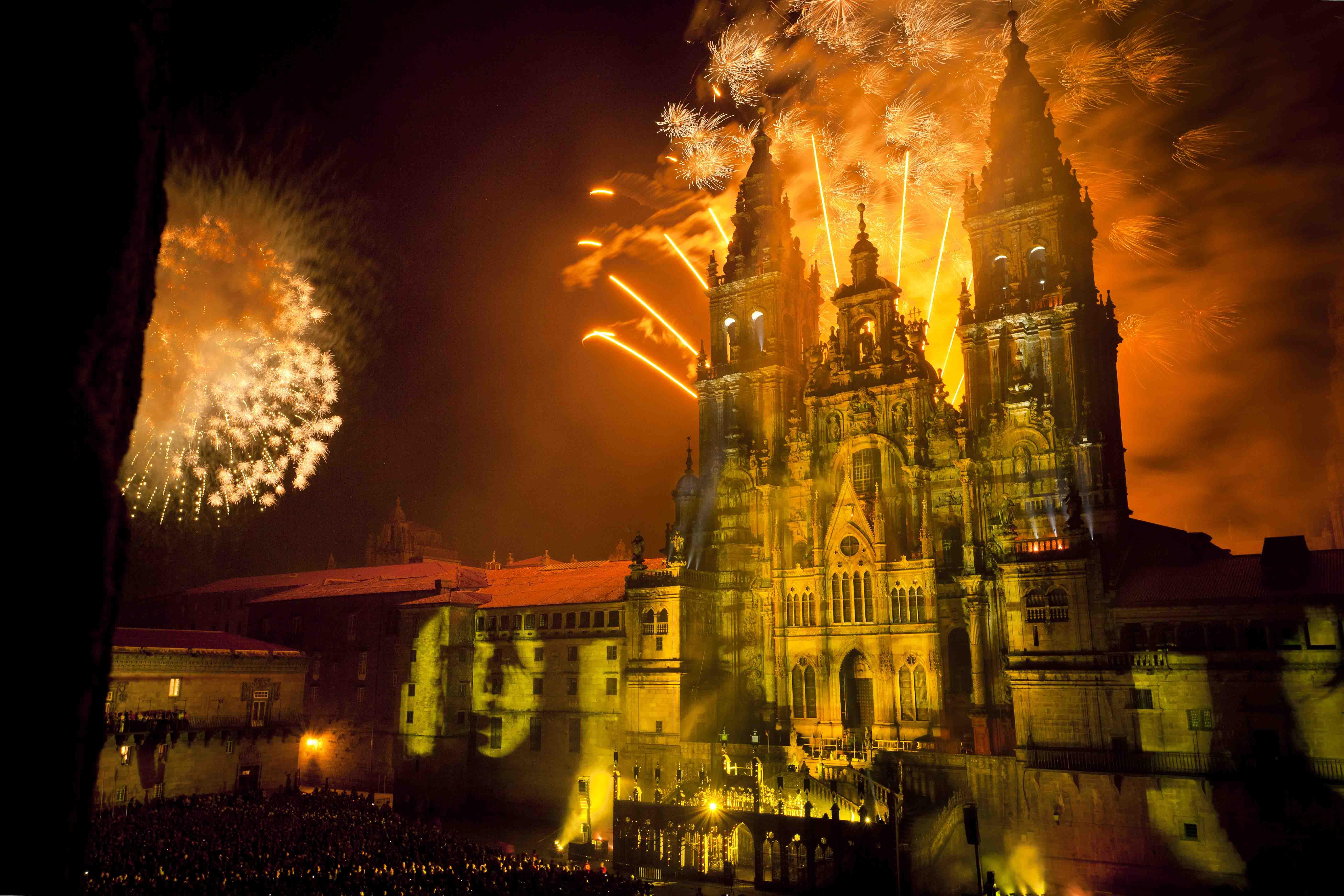 Santiago de Compostela. Plaza del Obradoiro - Espectáculo de luz y sonido de los Fuegos del Apóstol en torno a la fachada de la Catedral