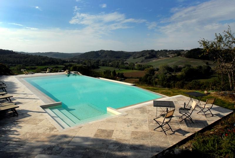 Área da piscina do Hotel Latiscastelli