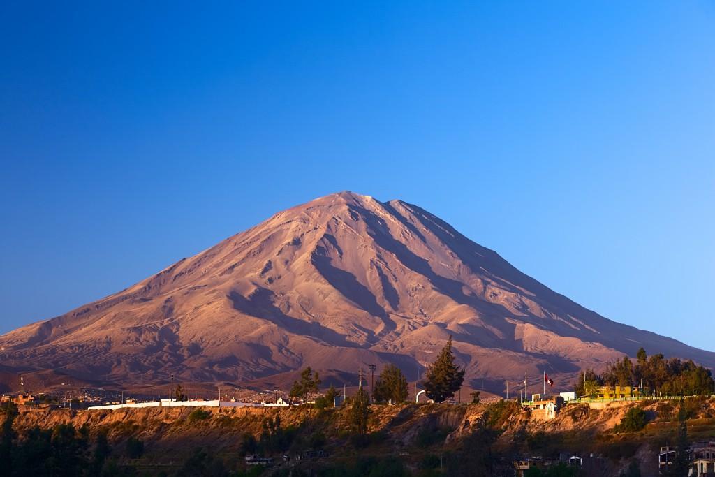O vulcão El Misti, localizado na cidade peruana de Arequipa