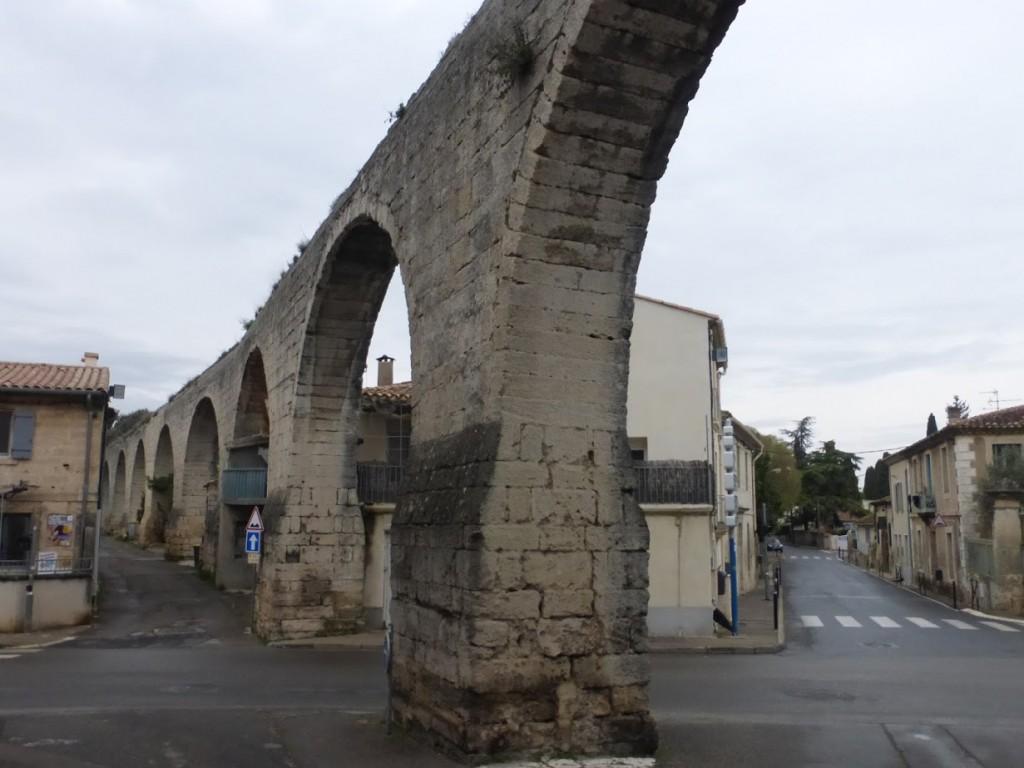 Trecho aéreo do antigo aqueduto de Castries, cidadezinha no sul da FRança