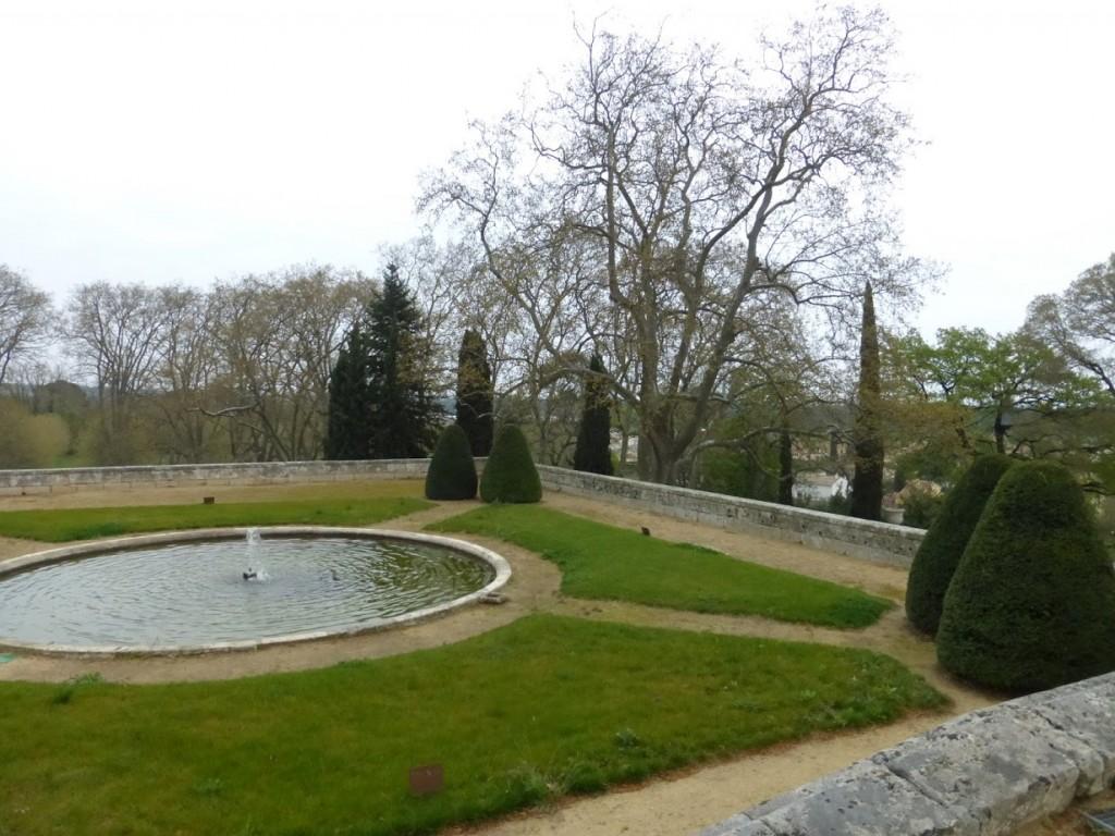 Um dos jardins com boa manutenção na área do castelo