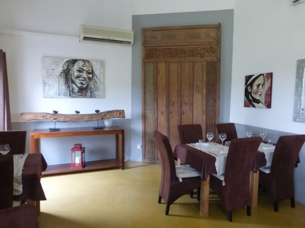 Interior da casa, que possui algumas obras de arte