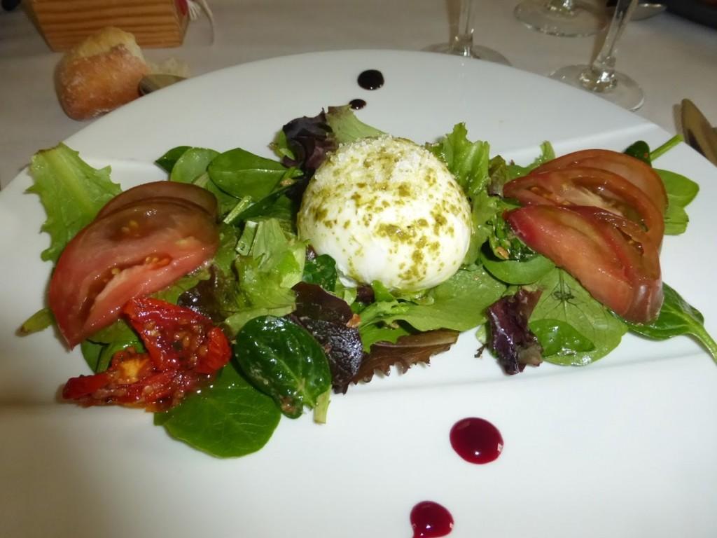 A salada com burrata que comi: simples e ótima