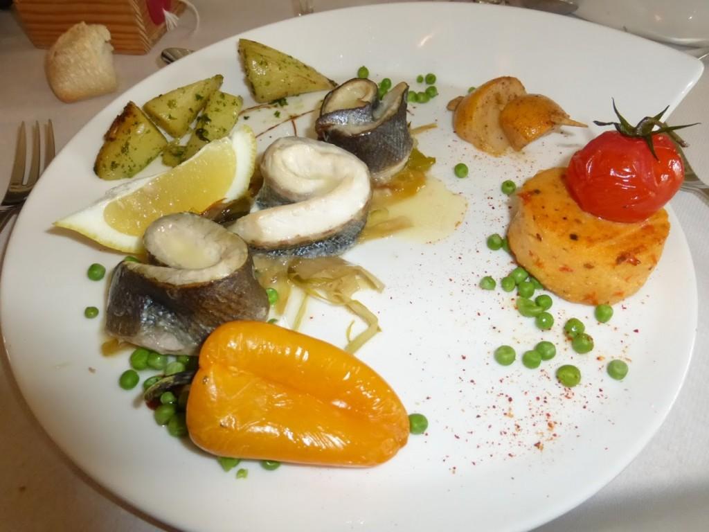 Peixe com vegetais grelhados e polenta foi o prato principal