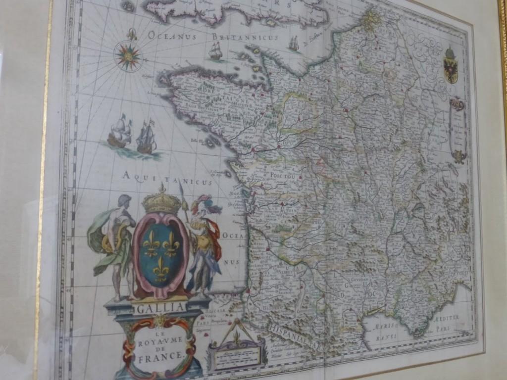 O hotel utiliza muitos mapas antigos na decoração