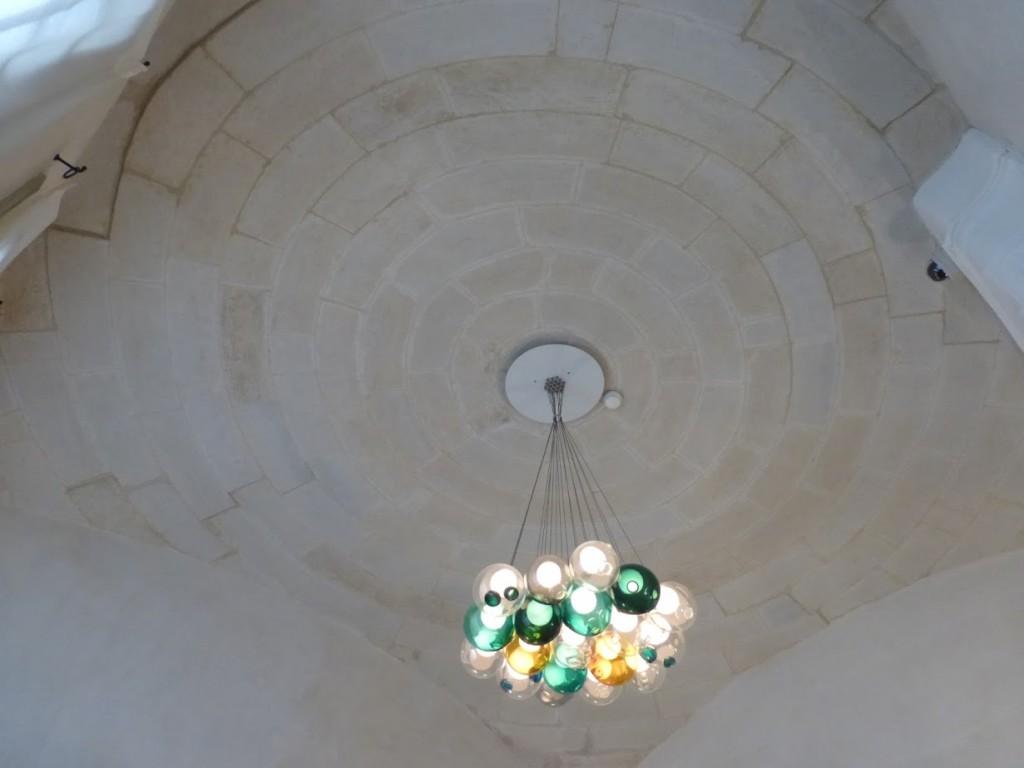 Luminária moderna contrastando com o prédio do século 17