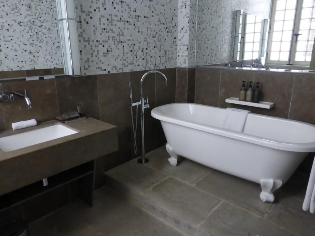 Detalhe do banheiro de uma suíte