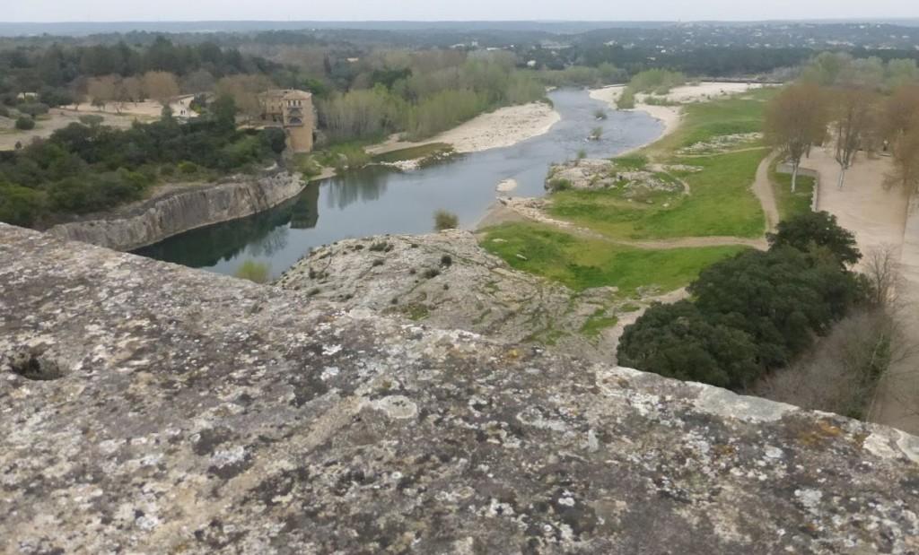 O antigo aqueduto romano passa por cima do rio Gard (também chamado Gardon)