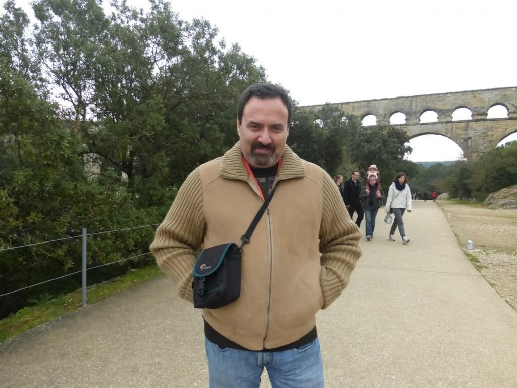 A foto posada com a Pont du Gard: recordação de obra magnífica