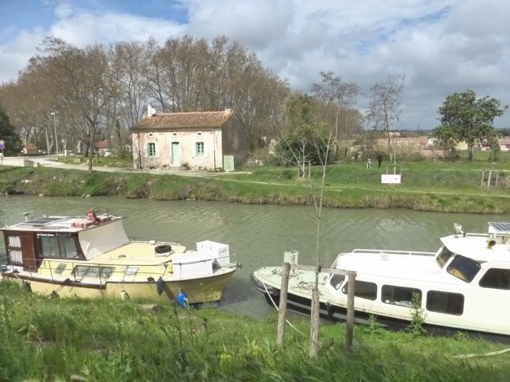 Barquinhos ancorados no canal, em Colombiers