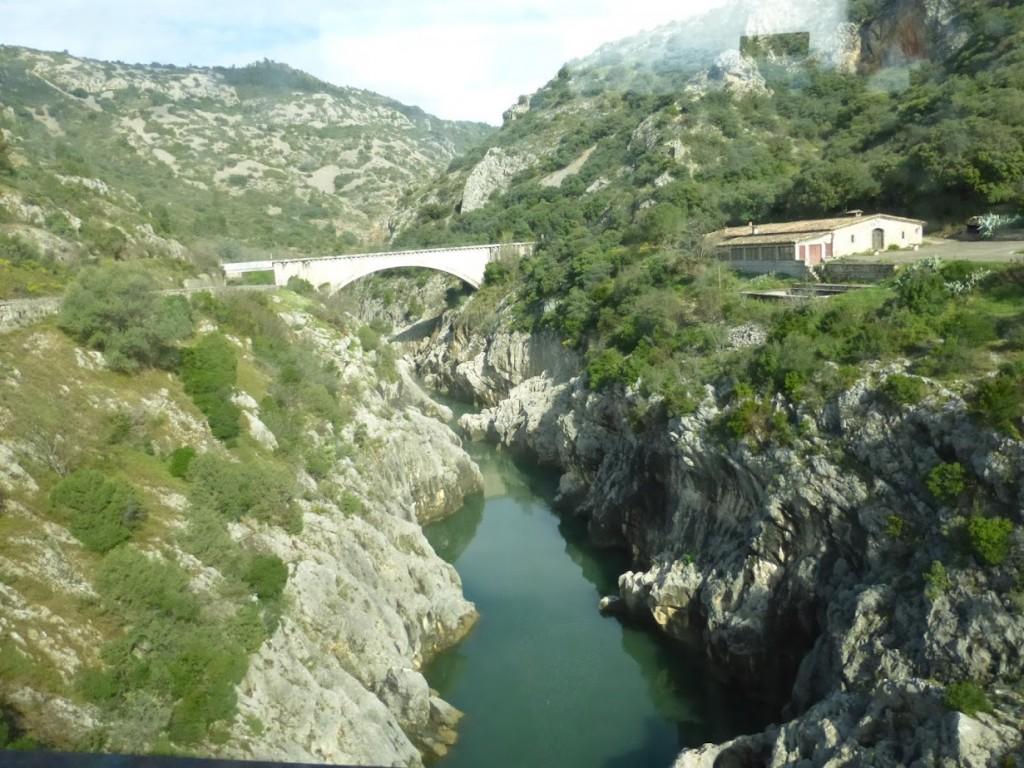 Rodovia que vai para Saint-Guilhem-le-Désert passa por ponte que atravessa um cânion: região tem bela natureza