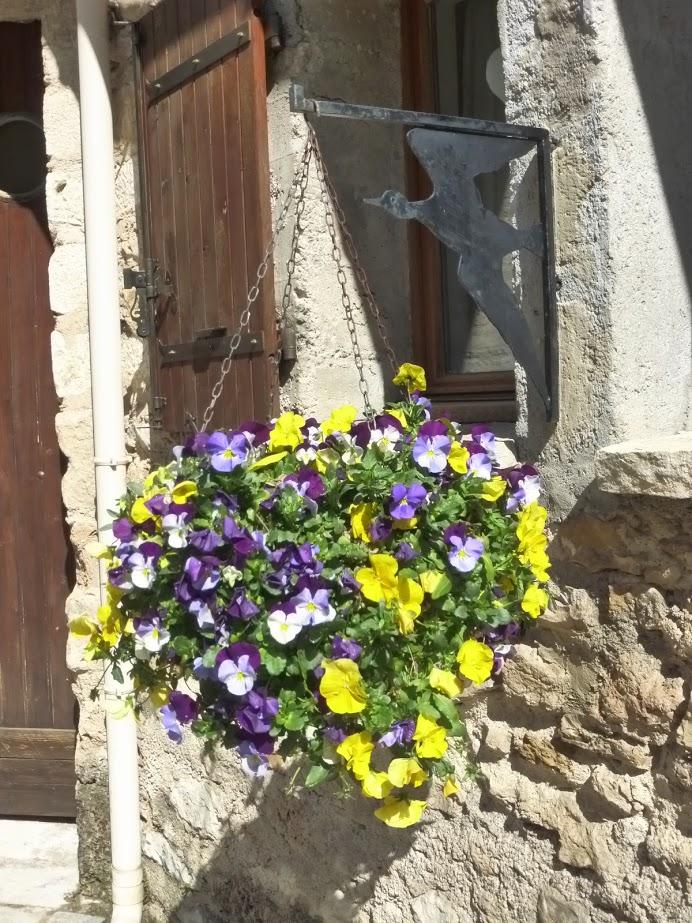 Floreiras carregadas são vistas em vários pontos da cidade