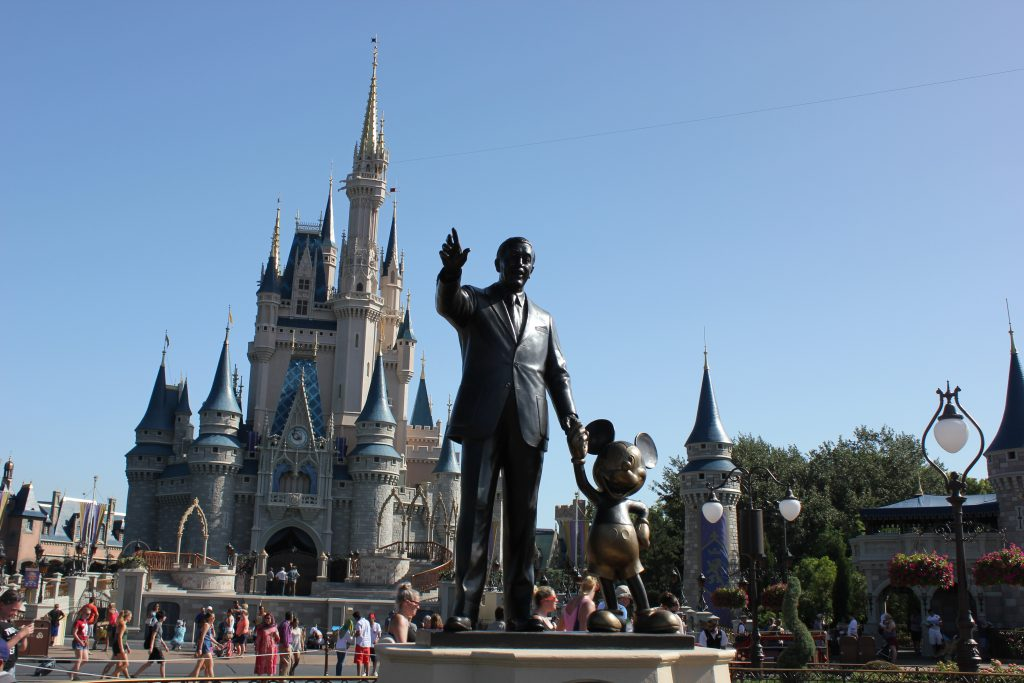 O cartão postal do Magic Kingdom com Walt Disney e Mickey Mouse